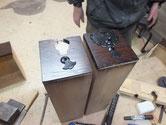 東京都より修理依頼の時代箪笥の引出の金物打ちを始めました。