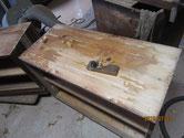天板の檜よりヤニが出ているため鉋で取り木地調整します。