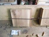 底板の割れが端の部分ばかりです。一枚板の幅が足りなくたした所から割れています。同じ修理を3本しました。
