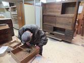 岡崎市より修理依頼の水屋戸棚の金物外しを始めました。