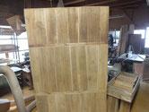 裏板の割れを全部、埋め木修理にて完了しました。上段は汚れ落としがまだです。