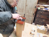 分解した帳場箪笥を組立漆を塗り、引出しは後調整後漆を塗り金物打ちとなります。