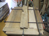桐タンスの側板に虫が入りボソボソの為、切取り新しい板に取り換えました。明日は前土台の交換に成ります。