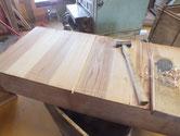 桐たんすの引出底板の割れに埋め木をして割れを塞ぎます。