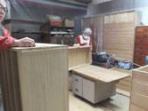総桐箪笥の本体と引出をロウ磨きをしています。