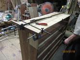 側板の割れ修理が出来たので底板の割れと棚板割れの修理をしました。