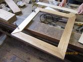 開き戸の枠に新しい桐柾板を貼っていきます。