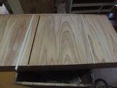 桐箪笥引き出しの割れに埋め木を入れ割れ修理します。