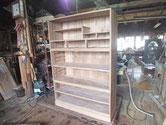 側板を鉋がけして表面と胴縁、棚板を木地調整して白木の完成です。
