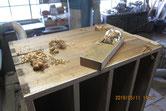 側板の表面を鉋がけして木地を出しカルカヤをかけます。