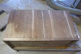 裏板の割れに埋め木修理をして汚れをサンダーで取ります。