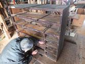 時代箪笥の棚板の剥ぎが切れている為、ハタガネで締めています。