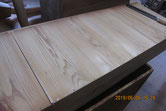 桐箪笥の底板割れに埋め木をして修理します。