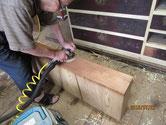 引出の欅に付いている塗膜をサンダーで取り木地を出します。