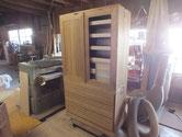 残していた開き戸を鉋がけしてカルカヤにて柾目を立て砥の粉下塗りしました。