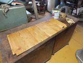 帳場箪笥の棚板、背板などの修理を終えたのでオイル塗装をしました。