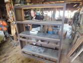 水屋戸棚の天板、裏板、棚板の釘を抜き剥がしていきます。