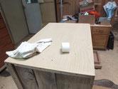桐箪笥本体の側板をロウ磨きをして前面の縁、棚もロウ磨きします。