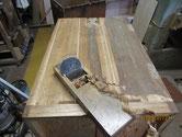 埋木修理と固め直した本体側板を鉋をかけます。