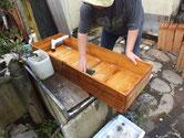 鎌倉市より修理依頼の時代箪笥の引出の荒洗いをしました。