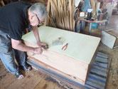 裏板の割れが多く再利用が難しく桐板に貼り替えました。