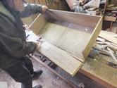 時代箪笥引き出しの前板を外し交換します。その前に清掃をします。