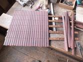 戸板の釘を一本一本抜き棒板を剥がす根気のいる修理です。
