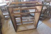 下台の天板、裏板、棚板を順番に取り側板を剥がして分離します。