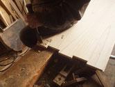組手をするため厚い板部分を同じにするため彫っています。