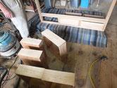 引出の底板の割れ修理も終わり木地出しも完了しました。