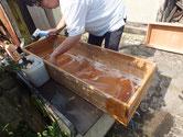 岐阜市より修理依頼の桐たんすの引出洗いです。荒洗い後の洗剤洗いです。