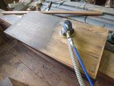 箪笥天袋の汚れをサンダーで取り木地を出します。