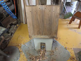 桐たんすの側板を鉋がけし洗っただけでは残る汚れを削り取りました。