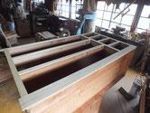 桐箪笥本体の胴縁、棚板に新しい桐を貼り乾燥したので出張を取ります。