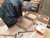 山県市より修理依頼の桐たんすの金物外しをしました。