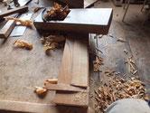 木クギ作りの最初の過程です。先の方が尖るようにカンナで削ります。