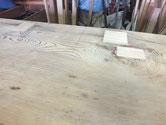 この箪笥は死んだ節が多くあり穴が多くあります。埋め木をして穴塞ぎ修理をします。