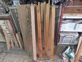 木地を出したパーツに漆を塗っています。塗ったものと木地の物との比較です。
