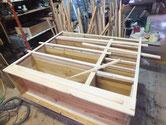 裏板の貼替後、前面の接地面を作り木取った板を並べ確かめました。