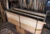 本体胴縁、棚板を鉋がけして新しい桐板を貼る修理です。