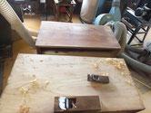 中段、下段の天板のヒノキのヤニが出ていてペーパーもかかりません。表面を削り取っています。