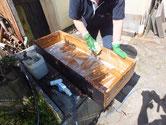 岐阜市より修理依頼の時代箪笥の引出を荒洗いと洗剤洗いで行いました。