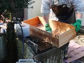 名古屋市より修理依頼の引出洗いです。荒洗い後の洗剤洗いです。