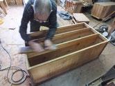 桐タンス本体胴縁、棚板の前面に鉋がけして接地面を作ります。