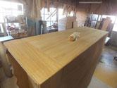 本体側板の表面を木地調整してカルカヤをかけ目立てをします。