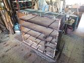裏板を剥がし棚板の割れ、天板、側板の割れに乗りを入れ修理しています。