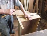 引出枠に合わせた前板に引出本体を取り付ける作業です。