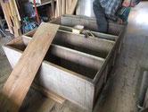 大垣市より修理依頼の水屋戸棚の裏板剥がしです。これより天板、棚板剥がしです。