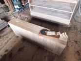 総桐箪笥の引出前面を鉋をかけ新しい木地を出します。