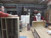 桐箪笥の本体と引出の前面にロウを擦り付け磨いています。